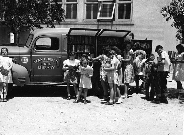 Trẻ nhỏ tập trung bên thư viện sách lưu động miễn phí của quận Kern, bang California, Mỹ năm 1947.