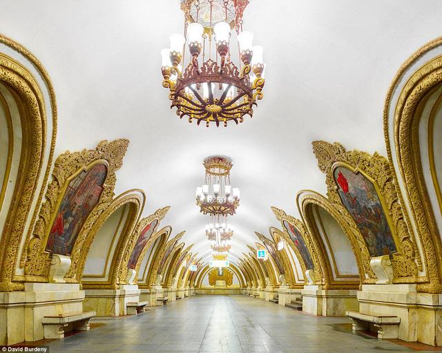 Bước tới đây, người xem có cảm giác đặt chân vào phòng triển lãm nghệ thuật hay cung điện lớn. Trong hình là trạm Kiyevsskaya với màu vàng lộng lẫy.