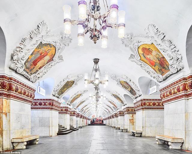 Quên đi những chiếc ghế băng lấm bẩn, trạm Kiyevsskaya tự hào với hàng ghế bằng đá cẩm thạch, tranh đá lớn trên mái vòm.