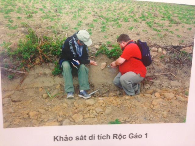 Cảnh các chuyên gia khai quật khảo cổ tại các điểm khảo sát di tích ở An Khê. Ảnh:HTL.