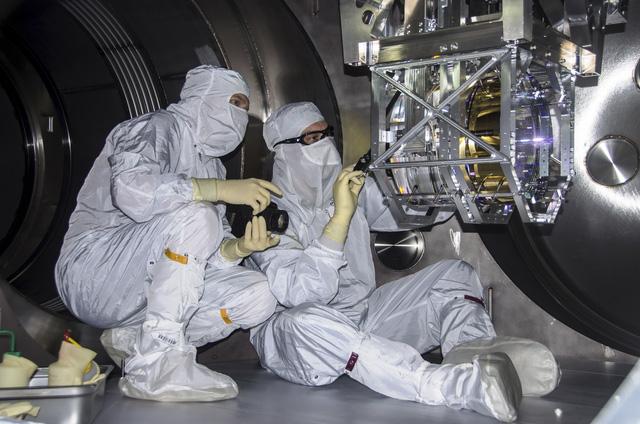 Các nhà nghiên cứu tại LIGO thao tác với thiết bị thí nghiệm