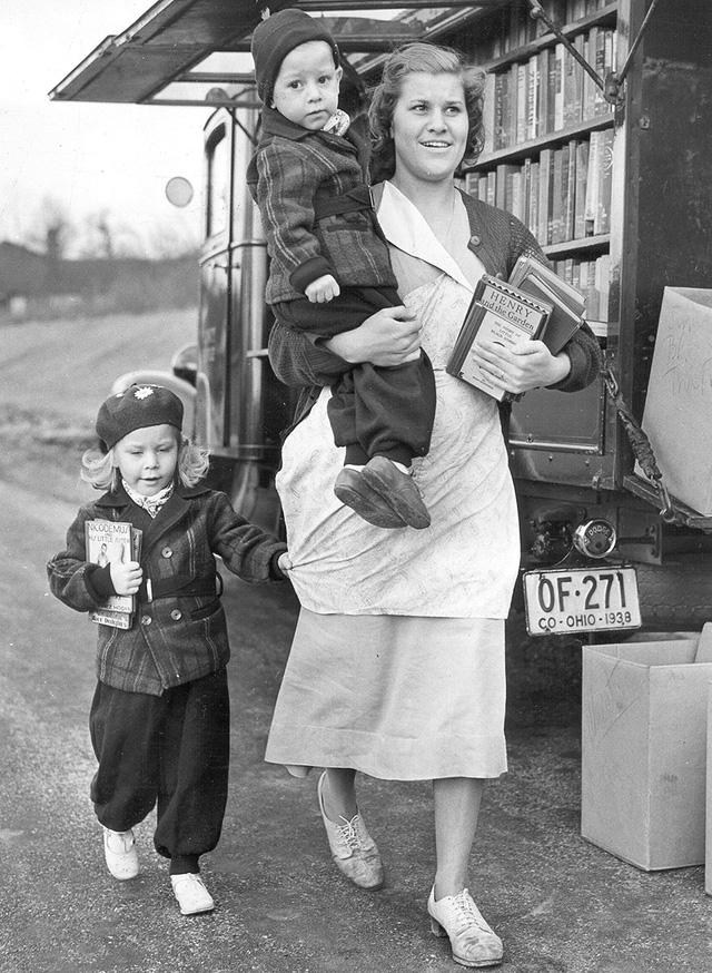 Một xe sách đậu trong công viên hồi năm 1940.