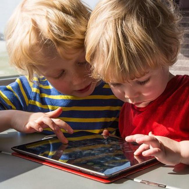 Nhìn loạt ảnh này để thấy trẻ con thời công nghệ bây giờ khác xa quá - Ảnh 6.
