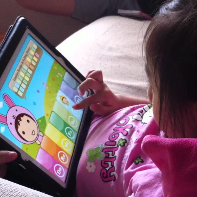 Nhìn loạt ảnh này để thấy trẻ con thời công nghệ bây giờ khác xa quá - Ảnh 2.