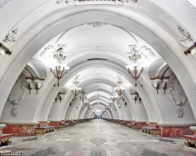 Thay vì những lối đi chật hẹp, trạm Arbatskaya chào đón du khách bằng không gian rộng rãi và sang trọng.