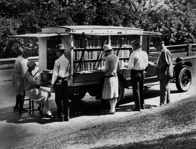 Xe sách của thư viện công cộng thành phố Cincinnati, bang Ohio, Mỹ năm 1927.
