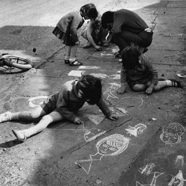 Nhìn loạt ảnh này để thấy trẻ con thời công nghệ bây giờ khác xa quá - Ảnh 3.