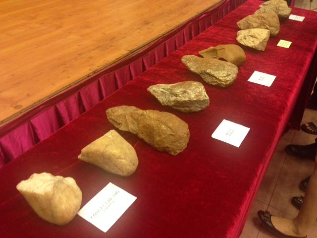 Các hiện vật bằng đá khai quật được trong cuộc khai quật ở An Khê.