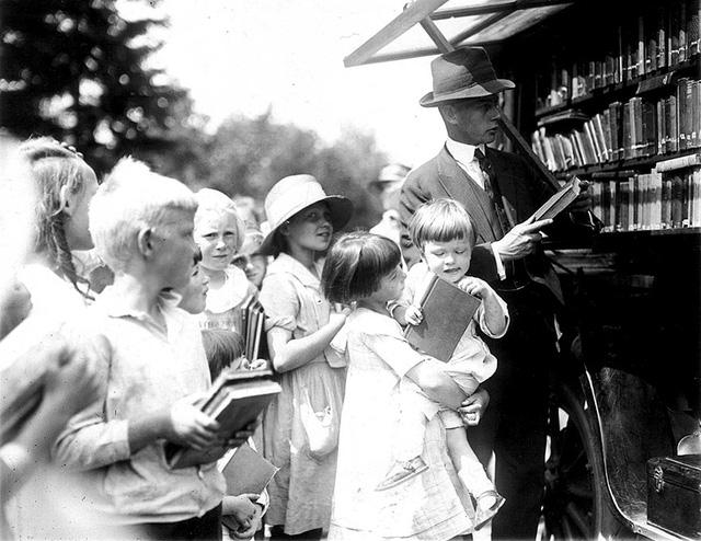 Sự háo hức của trẻ nhỏ mỗi khi có xe sách tìm tới.