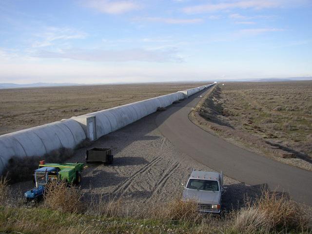 Bên ngoài đường ống thí nghiệm của LIGO