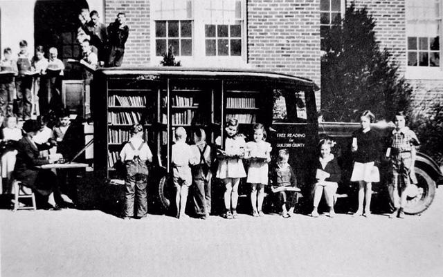 Xe sách ở thành phố Greensboro, bang Bắc Carolina, Mỹ năm 1936.