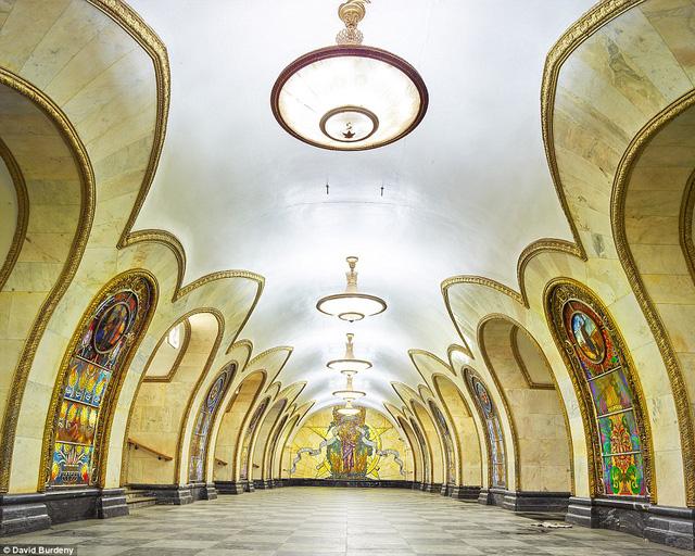 Trạm Novolobodskaya nổi bật với những bức tranh nhiều màu, họa tiết sặc sỡ.