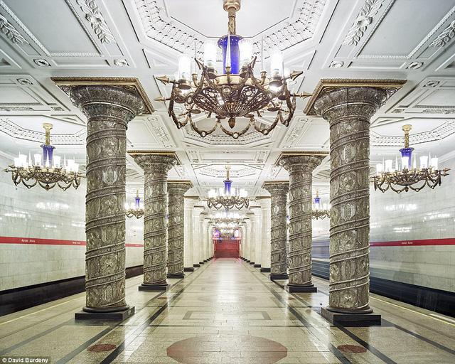 Trạm Avoto nổi bật với vẻ nguy nga, lộng lẫy nhờ các cột trang trí, hệ thống đèn chùm sang trọng và sàn lát đá hoa văn.