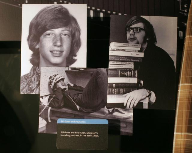 Hình ảnh của Bill Gates (trái) và Paul Allen - người sáng lập Microsoft vào đầu những năm 1970 được trưng bày tại Trung tâm Truy cập của Microsoft ở Redmond, Washington. (Ảnh:Getty Images)