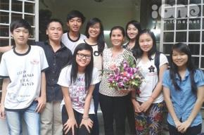 Hoàng Phước (ngoài cùng bên trái) cùng bạn bè và cô giáo. Ảnh: NVCC