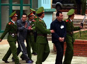 Các bị cáo trong vụ án tham nhũng đất ở Sơn La bị áp giải ra tòa