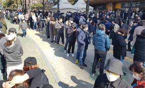 Rất nhiều người xếp hàng trước siêu thị Emart ở Daegu để mua khẩu trang. Ảnh: REUTERS/YONHAP