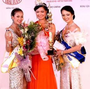 Á hậu 1 Minh Thư, Hoa hậu Thùy Dung và Á hậu 2 Thụy Vân của cuộc thi Hoa hậu Việt Nam 2008 (từ trái sang). Ảnh: Quốc Huy.