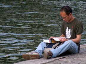 Đàn ông đọc sách