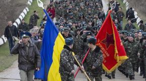 Hơn 300 binh sỹ Ukraine diễu hành và xếp hàng trước sân bay quân sự Belbek gần thành phố Sevastopol đòi được trở lại căn cứ của mình mặc dù quân ủng hộ Nga liên tục bắn súng chỉ thiên cảnh báo.