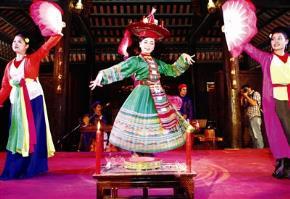 Biểu diễn hầu đồng tại Thiên Đường Bảo Sơn cho du khách xem. Ảnh: Hồng Vĩnh