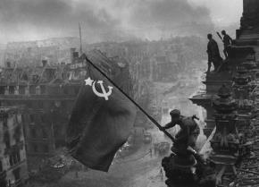 Ngày 16/4-9/5/1945, Hồng quân Liên Xô đánh tan lực lượng vũ trang bảo vệ thành phố Berlin, chiếm thủ đô Đức. Trong ảnh, người lính Hồng quân Meliton Kantaria cắm cờ Liên Xô trên tòa nhà Quốc hội Đức sau khi nơi này được tiếp quản. Ảnh: Yevgeny Khalde