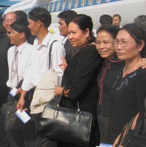 Nữ ngoại cảm Trần Ngọc Ánh (phụ nữ mặc áo đen, khoác túi)