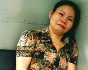 Trần Thị Dung (44 tuổi) sau khi bị chồng tát vào mặt, đánh chửi cãi vã nhau, đã cay cú lấy một con dao đuổi theo đâm nhiều nhát vào ngực chồng khiến ông gục chết tại chỗ.
