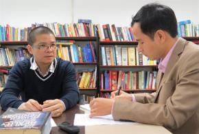 TS Giáp Văn Dương (trái) cho rằng, khi đã chọn đào tạo con người công cụ làm triết lý thì không có cách nào làm cho giáo dục tốt lên được