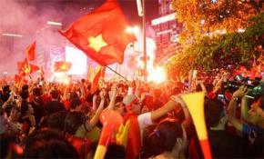 Hàng triệu người dân khắp mọi miền đất nước cùng đổ xuống đường để mừng chiến thắng của đội tuyển Việt Nam. Ảnh: Internet