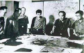 Đại tướng Võ Nguyên Giáp theo dõi diễn biến chiến dịch Hồ Chí Minh (năm 1975). Ảnh: TLSGTT