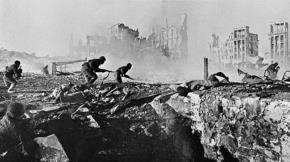 Hồng quân Liên Xô trong trận Stalingrad, diễn ra tại thành phố Stalingrad từ tháng 7/1942 - 2/1943. Đây được coi là chiến thắng quyết định của Liên Xô, bước ngoặt quan trọng và bước đầu làm xoay chuyển cục diện trong Thế chiến thứ 2