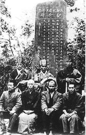 Năm 1905, cụ Phan Bội Châu sang Nhật Bản, được bác sỹ Asaba Sakitarô đã hỗ trợ, chi viện tài chính kịp thời. Năm 1918, Phan Bội Châu đã tìm về quê hương cụ Asaba Sakitarô (đã qua đời) dựng bia đá kỷ niệm cho ân nhân của mình ở thành phố Phucuroi.