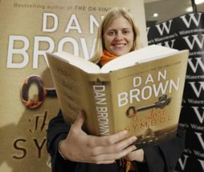 Bạn đọc cầm trong tay cuôn sách The Lost Symbol được phát hành tại Anh