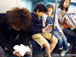 Người Nhật đọc sách trên tàu điện ngầm