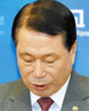 Bộ trưởng Ngoại giao Hàn Quốc Yu Myung-hwan đã từ chức sau những lời điều tiếng nổ ra xung quanh việc con gái ông dựa vào uy tín bộ trưởng của ông mà được tuyển vào Bộ Ngoại giao.