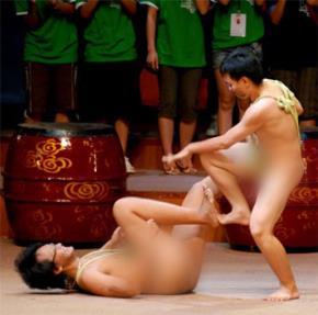 """Hai học viên FPT Arena biểu diễn múa """"nude"""" trước hàng trăm khán giả và """"dàn hợp xướng"""" đông đảo nữ."""
