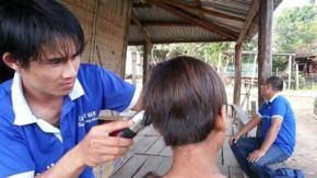 """Một xã hội lành mạnh sẽ giúp phần """"người"""" trong con người áp đảo cái ác. Trong ảnh: các bạn trẻ Pleiku về làng cắt tóc cho trẻ em người Ba Na - Ảnh: Nguyễn Quang Tuệ"""