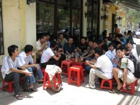 Thanh niên thường ngồi một mình hoặc tụ tập hội nhóm trong các tiệm cafe