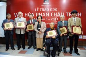 Nguyên Phó chủ tịch nước Nguyễn Thị Bình cùng các nhà nghiên cứu đoạt Giải thưởng Phan Châu Trinh năm 2011 - Ảnh: Ngọc Thắng