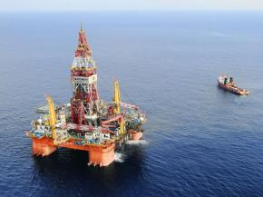 Giàn khoan HD-981 của Trung Quốc được vận chuyển trái phép vào khu vực thuộc thềm lục địa nước ta. Ảnh: AP