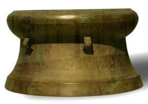 Trống đồng của nước Nam Việt lấy từ mộ số 1 La Bạc Loan, Quảng Tây. Trống đồng là biểu trưng quyền lực quốc gia của các tộc Bách Việt.