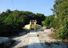 phần mộ của nhà tư tưởng cách tân Kỳ Am Nguyễn Lộ Trạch cũng đã được trùng tu và tôn tạo thành khu lăng mộ khang trang