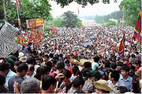 Chen chúc ở các lễ hội - chuyện không mới (nguồn ảnh: Thanh Niên)