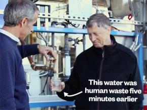 Bill Gates mang cỗ máy xử lý phân người thành nước uống đến châu Phi