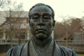 Tượng Fukuzawa Yukichi, người nhìn thấy cái đáng xấu hổ của người Á châu và cổ vũ người Nhật thực thi tư tưởng thoát Á