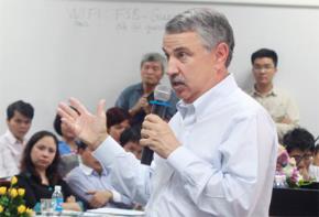 Ông Nguyễn Trần Bạt trò chuyện với Thomas Friedman