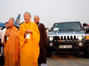 Phật xá lợi và những chiếc xe đời mới đắt tiền