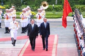 Chủ tịch nước Trần Đại Quang và Tổng thống Obama  duyệt đội danh dự - Ảnh: Tùng Đinh