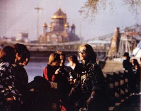Nhà thờ Christ The Savor - xa mờ sau bờ sông Moscow. Trong bóng chiều, nó như một ảo vọng vàng của thành phố này...